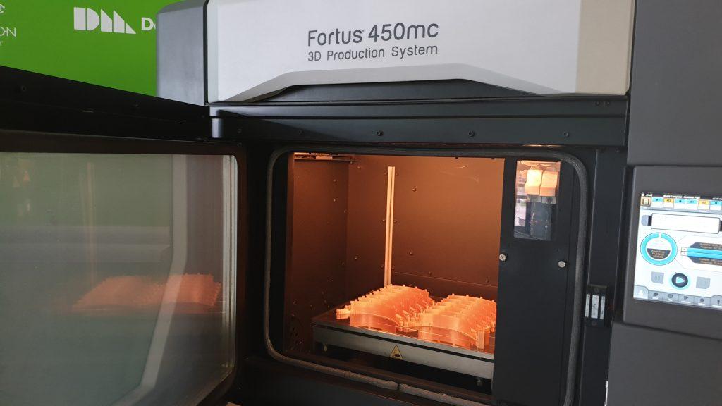 פיתוח מהיר: הדפסת חלקים למסכות מיגון - ההדפסה מתבצעת ב FOURTUS 450MC - STRATASYS