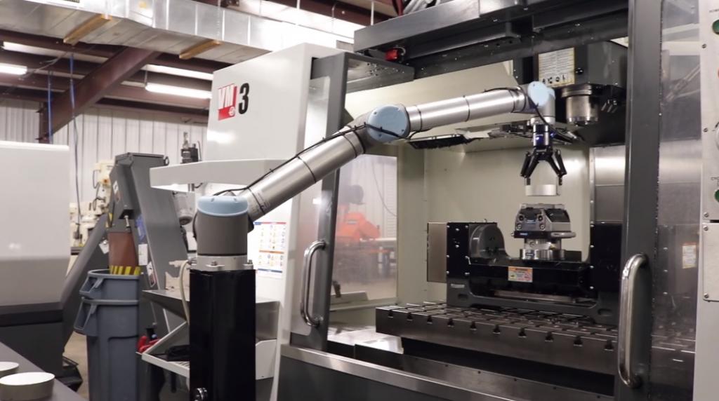 קובוט שיתופי תוצרת Universal Robots: עבודה בטוחה לצד בני אדם.