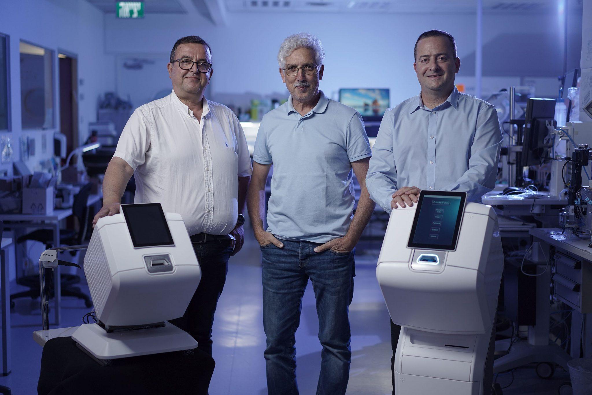 """תמונה 1: הצוות המוביל של Picodya לצד מכשיר הדיאגנוסטיקה B-Matrix: צביקה ברקאי- מנכ""""ל, יהודה יעבץ-חן- CTO אלי בן סימון- יו""""ר. קרדיט: Picodya."""