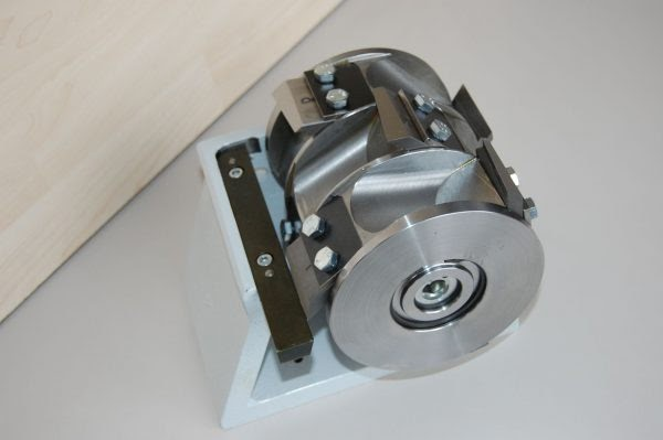 תמונה 2: מנגנון לכוונון מדויק של רוטור הסכינים המתבצע מחוץ לתא, המשולב במגרסות Müller.